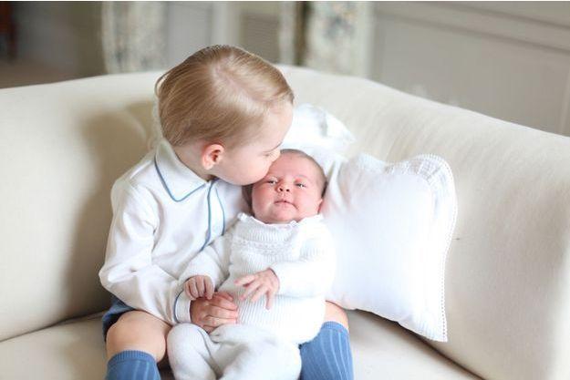 La princesse Charlotte dans les bras de son frère le prince George et photographiés par leur mère Kate Middleton.