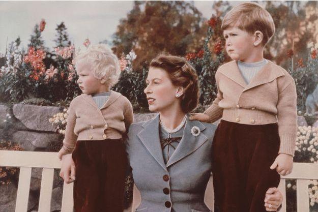 La princesse Elizabeth avec ses enfants le prince Charles et la princesse Anne au château de Balmoral en septembre 1952