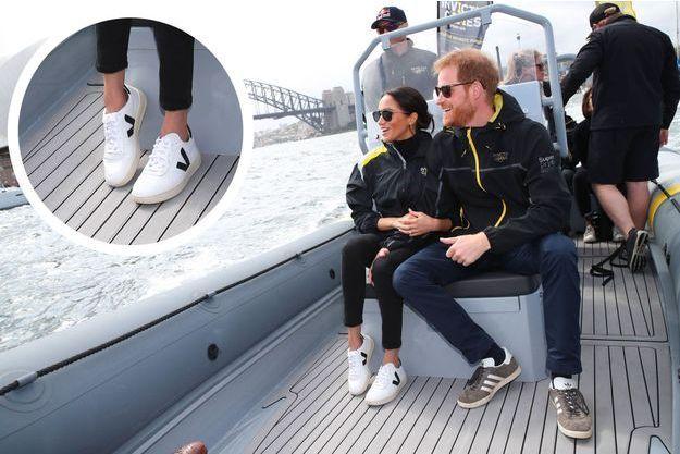 Meghan et Harry lors d'une compétition de voile, dimanche, dans la baie de Sydney. La duchesse porte des chaussures Veja, une marque française.