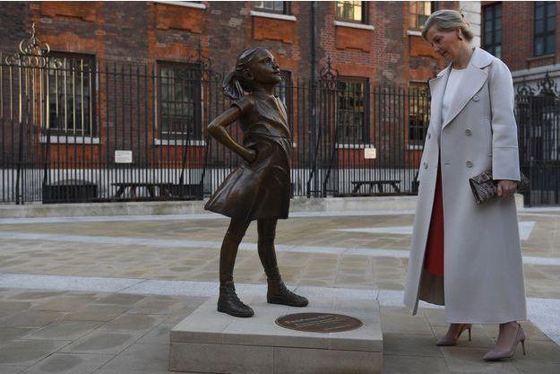 La comtesse de Wessex à Londres, le 8 mars 2019, face à la sculpture Fearless Girl