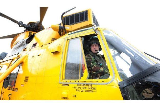 William aux commandes de son hélicoptère Sea King, lors d'une mission d'entrainement en avril.