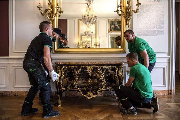 La commode rachetée par le château de Versailles replacée dans la chambre de la Dauphine, le 5 juillet 2019