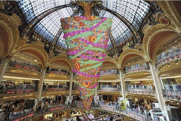 Le sapin renversé aux Galeries Lafayettes à Paris.