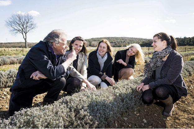Pierre Vausselin et ses filles, Valérie, Anne et Laurence, dans les champs de thym d'une productrice provençale (au centre).