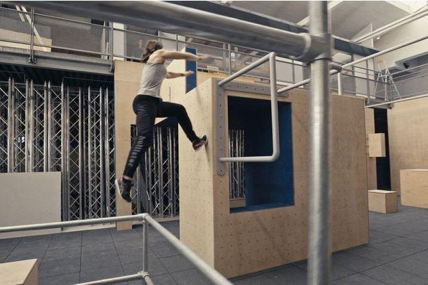 Le Parkour consiste à franchir des obstacles urbains en sautant ou en grimpant, comme dans l'émission « Ninja Warrior ».