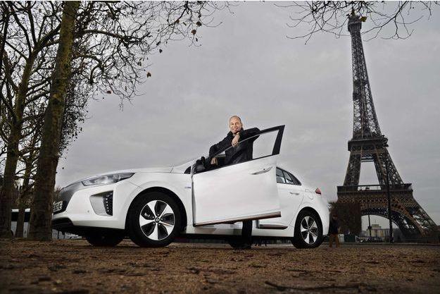 Bertrand Piccard, qui a fait le tour du globe en avion « solaire », s'est totalement investi dans l'économie d'énergie au quotidien, sur Hyundai Ioniq.