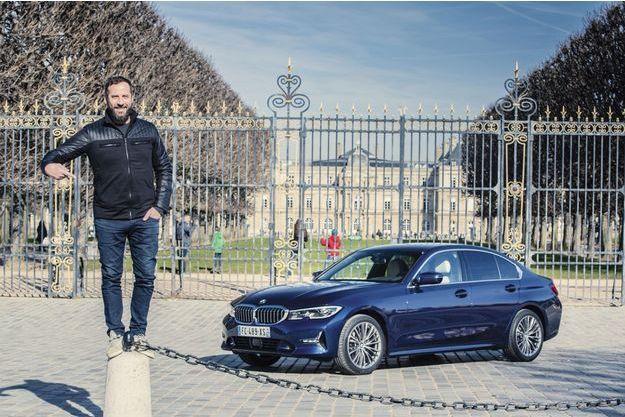Sous le charme de la marque à l'Hélice, le comédien aux multiples facettes pose sur l'automobile un regard d'esthète.