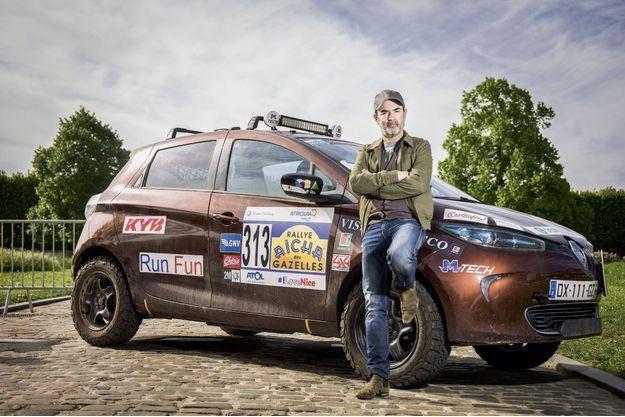 Surélevée de 10 cm, dotée de protections moteur et batterie et de pneus adaptés au tout-terrain, la ZOE e-Gazelles a parcouru 1 500 kilomètres de désert en 14 jours. Ici, avec Bruno Solo.