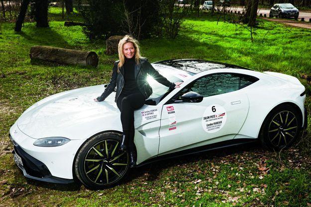 Caroline Vigneaux et l'Aston Martin Vantage qu'elle pilotera lors de la course Talon Piste.