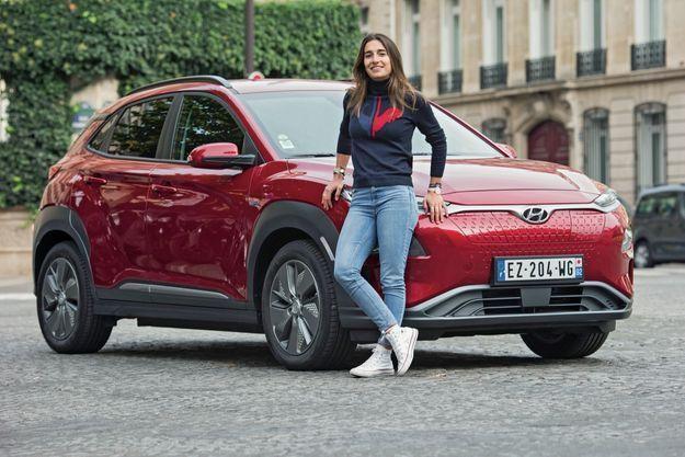 Perrine Laffont devant la Hyundai Kona EV et