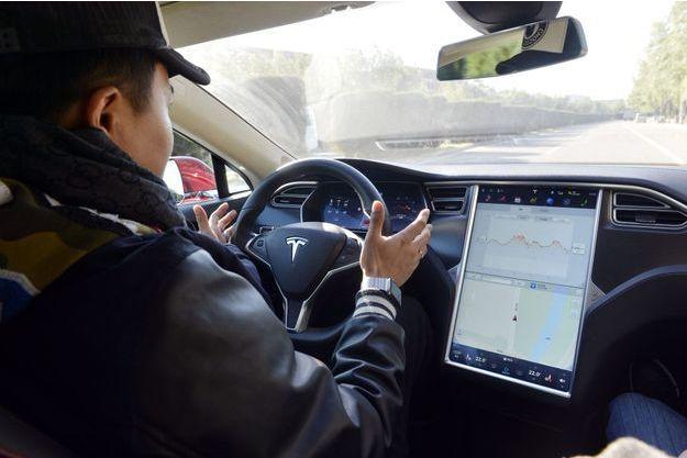 En Chine, un client potentiel teste l'Autopilot de Tesla sur une route ouverte.