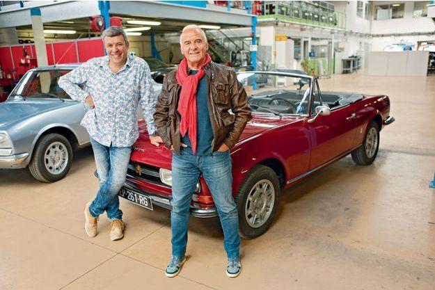 Michel Fugain (re)découvre les charmes du cabriolet Peugeot 504 au côté de François Allain, animateur de l'émission.