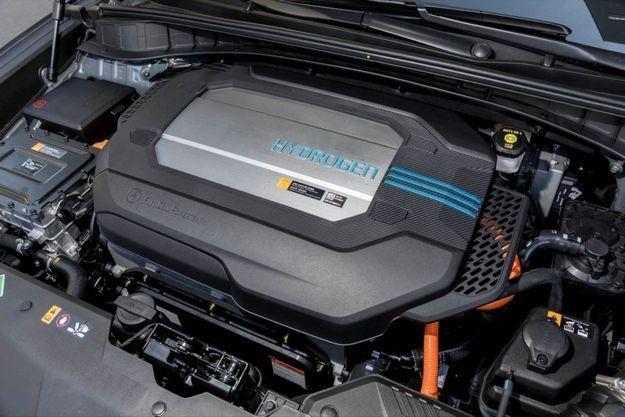 La voiture à hydrogène produit sa propre électricité via une pile à combustible alimentée par l'hydrogène contenu dans un ou plusieurs réservoirs pressurisés à 700 bars.