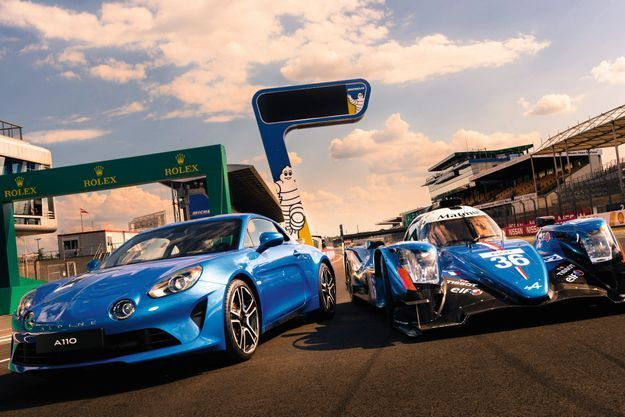Postées à la sortie de la ligne droite des stands du circuit du Mans, l'A110 (à gauche) et l'A470 (à droite) symbolisent le renouveau d'Alpine. L'une entend concurrencer Porsche sur le marché des sportives à moteur central, l'autre, raviver la flamme de la marque dieppoise en compétition.