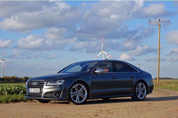 L'Audi S8 se démarque discrètement par des jantes spécifiques de 21 pouces.