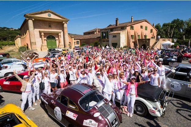 Les participantes du 15e rallye des princesses devant le château du Domaine Bertaud-Belieu.