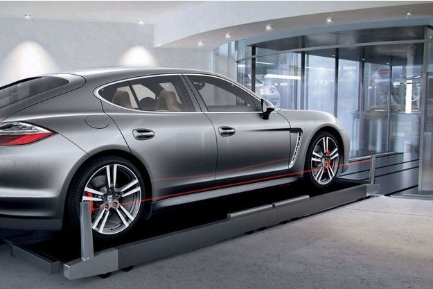 L'ascenseur, prêt à accueillir un véhicule de la Porsche Design Tower.