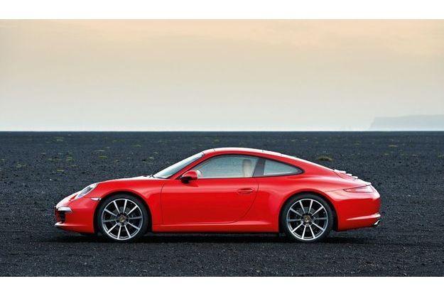 Avec 350 ch et un 0 à 100 km/h accompli en 4,6 sec., la nouvelle 911 poursuit sa course à la performance
