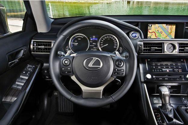 A bord de l'hybride essence Lexus IS300h. En mode Eco, le compte-tours est remplacé par un indicateur de charge.