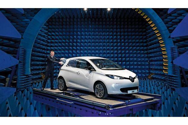 Dans la salle de mesure des radiofréquences, Carlos Tavares, directeur général de Renault, présente Zoé. Elle est la vedette du Salon de Genève ce 8 mars.