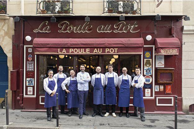Pose à l'ancienne : Jean-François Piège au milieu de son équipe. La façade historique n'a pas changé.