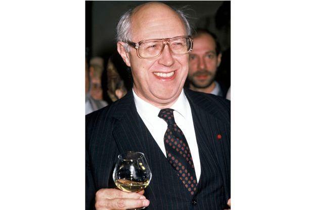 Rostropovitch, un verre de vin à la main, à Beaune, en 1984