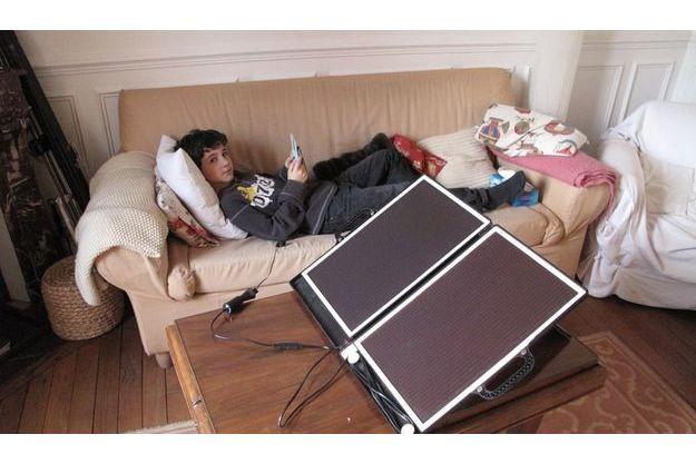 Seul moyen de jouer quand il n'y a plus d'électricité, brancher sa Nintendo DS sur des panneaux solaires.