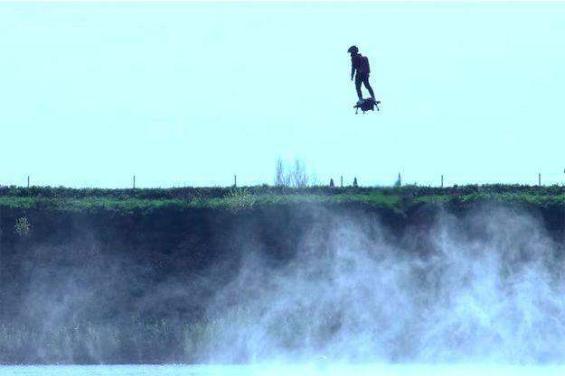 Franky Zapata en essai sur son Flyboard