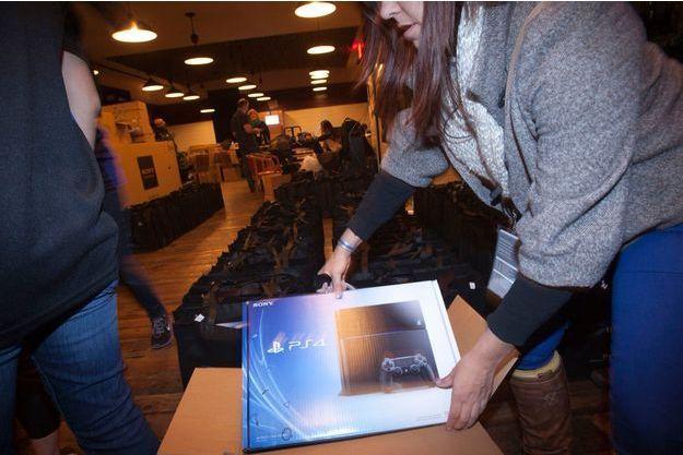 A New York, jeudi soir, une employée de Sony déballe des cartons contenant la nouvelle PS4.