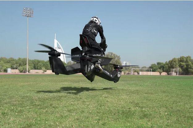 Un policier de Dubaï sur la moto-volante.
