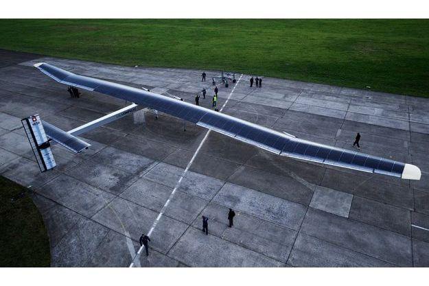 Prototype du «Solar Impulse», la semaine dernière, à quelques kilomètres de Zurich. Pour voler en continu sans utiliser la moindre goutte de carburant, l'avion solaire doit disposer d'ailes gigantesques. Leur disymétrie est due à un effet d'optique.