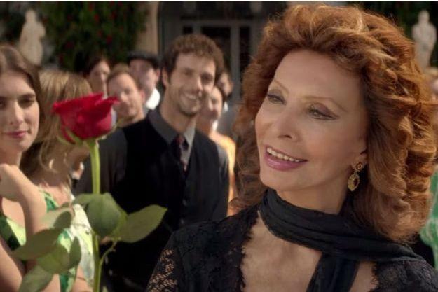 Sophia Loren reçoit la rose rouge de Dolce Rosa Excelsa