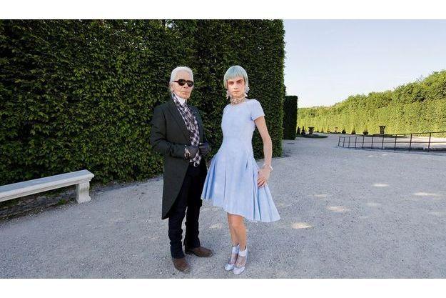 Dans l'allée d'Eau, Karl et Cara Delevingne, silhouette fétiche de la collection, en robe en denim bleu pâle à basques.