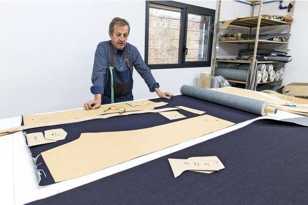 Jean-Jacques Tuffery, maître tailleur-confectionneur, petit-fils du fondateur, Célestin, et père de Julien. La transmission du savoir-faire repose sur ses épaules.