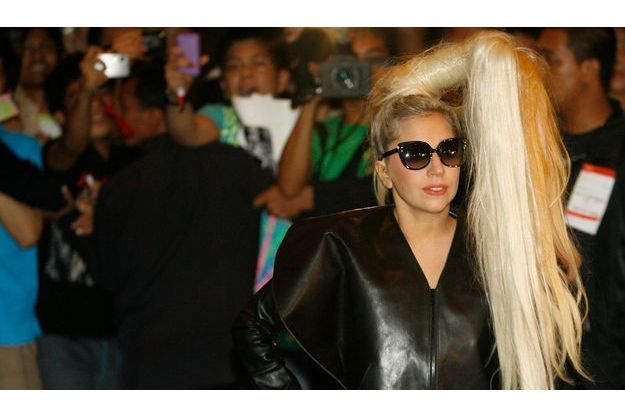Pour les stars et les créateurs de mode, la coiffure est un accessoire à part entière. Ici Lady Gaga.