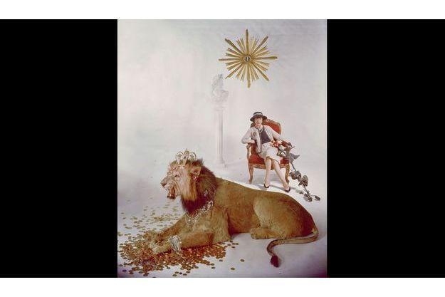Coco Chanel -et un lion- pose pour Paris Match en 1960 quelques jours avant son 77e anniversaire.