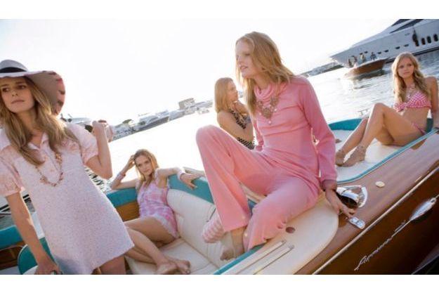 Pour faire sensation, les mannequins sont arrivés sur le port de Saint-Tropez à bord de Riva.