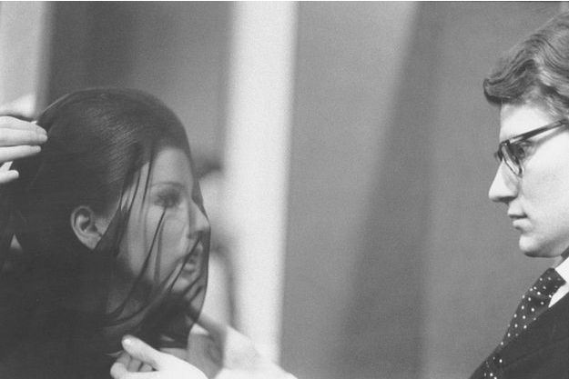 Le 29 janvier 1962, lors du défilé de la première collection Yves Saint Laurent, le couturier et sa « femme au voile ».