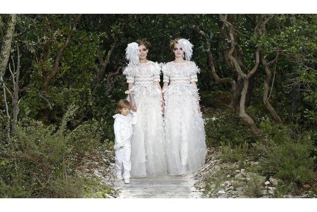 Le défilé s'est terminé sur l'arrivée de deux mariées.