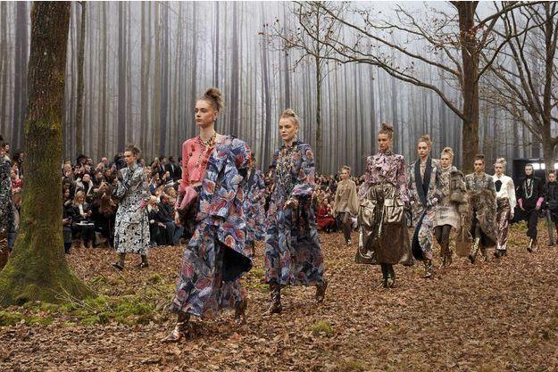 Feuilles mortes, bottes cuivrées et fourrures artificielles : l'apothéose Chanel, le 6 mars.