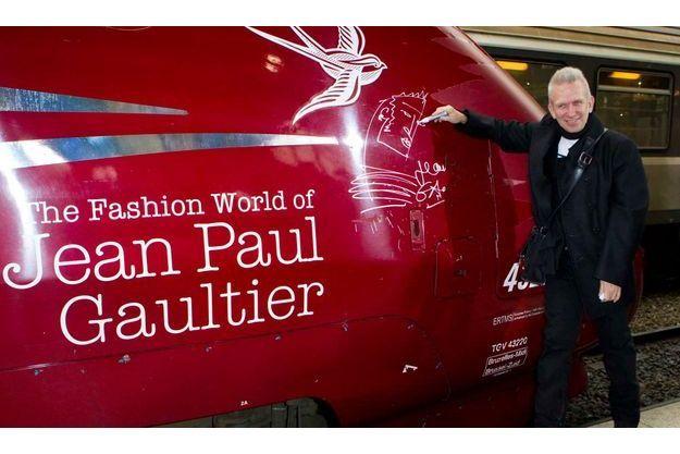 Jean Paul Gaultier dédicaçant une rame Thalys.