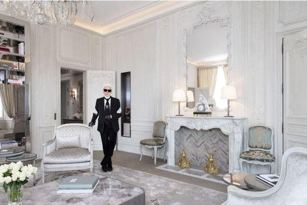 Dans le grand salon, Karl est près d'une bergère Louis XVI au même motif gaufré que celui des chaises du mariage de Marie Antoinette et du dauphin. La table basse dessinée par le maître est en marqueterie de cristal de roche.