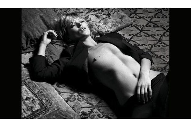 En 2008, vue par Hedi Slimane, son ex-petit ami. Adolescente, elle haïssait sa poitrine, notamment le grain de beauté sur son sein droit.