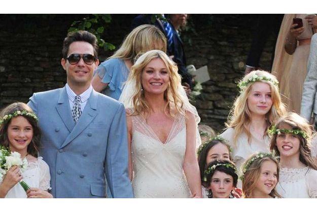 Lottie (en haut à droite) au mariage de sa soeur.