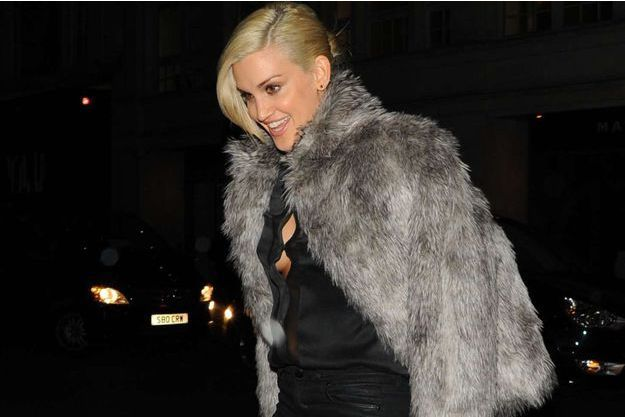 Ashley Roberts vêtue d'un manteau de fausse fourrure