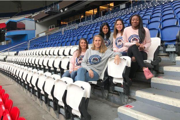 En haut, de gauche à droite : Shirley Cruz, Erika et Kadidiatou Diani. En bas : Eve Perisset et Emma Berglund, dans les tribunes du Parc des Princes.
