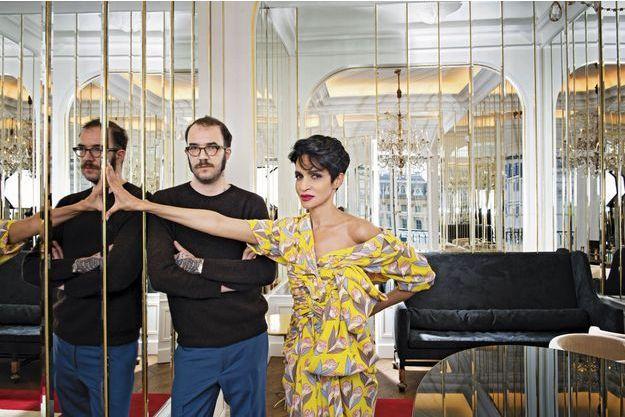 Aujourd'hui, la relève est assurée par le créateur Marco Zanini, ici dans l'appartement de Schiaparelli, avec Farida Khelfa, ambassadrice de la maison.