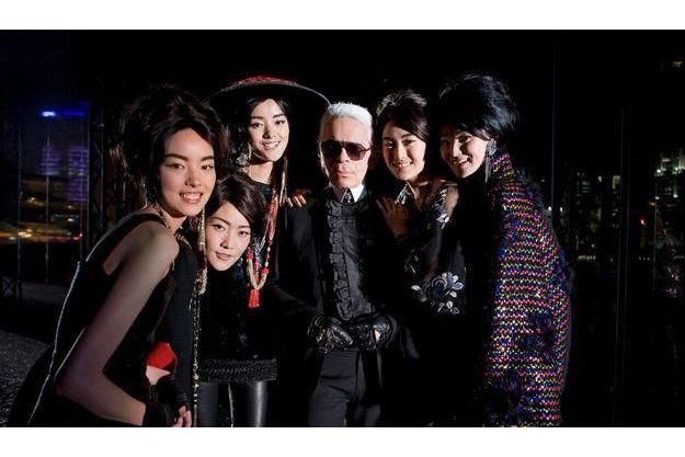 Autour de Karl Lagerfeld, cinq des dix mannequins chinois qui viennent de présenter sa collection automne-hiver 2010-2011. Une révolution.