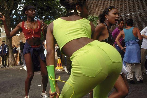 """Démonstration de twerk, la danse ultra-hot où l'on remue le """"booty"""" d'avant en arrière."""