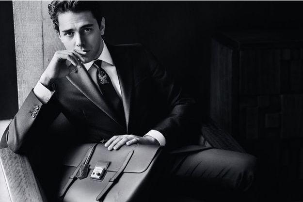 Xavier Dolan incarne désormais l'homme Louis Vuitton dans une nouvelle campagne publicitaire.